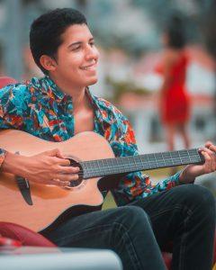 JUAN ANDRÉS ESTRADA LANZA SU DEBUT MUSICAL CON SU PRIMER SINGLE «ROJO»