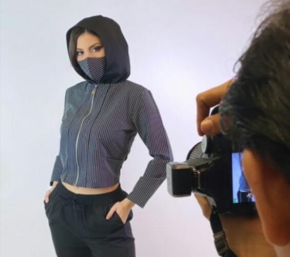 La diseñadora Alexa Vargas presenta su nueva colección de ropa elaborada con Telas Antifluido y mascarillas