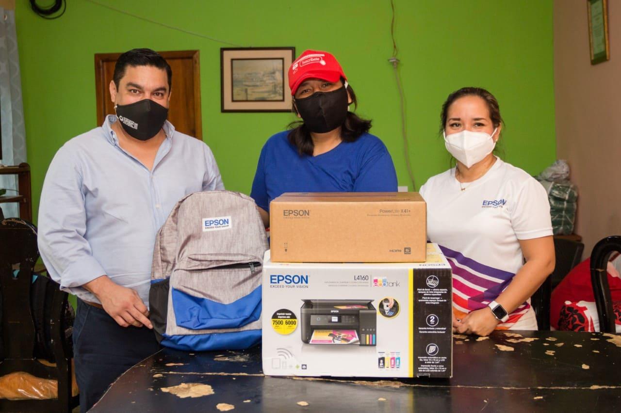 La maestra Carolina Espinoza recibe equipos tecnológicos por parte de Epson
