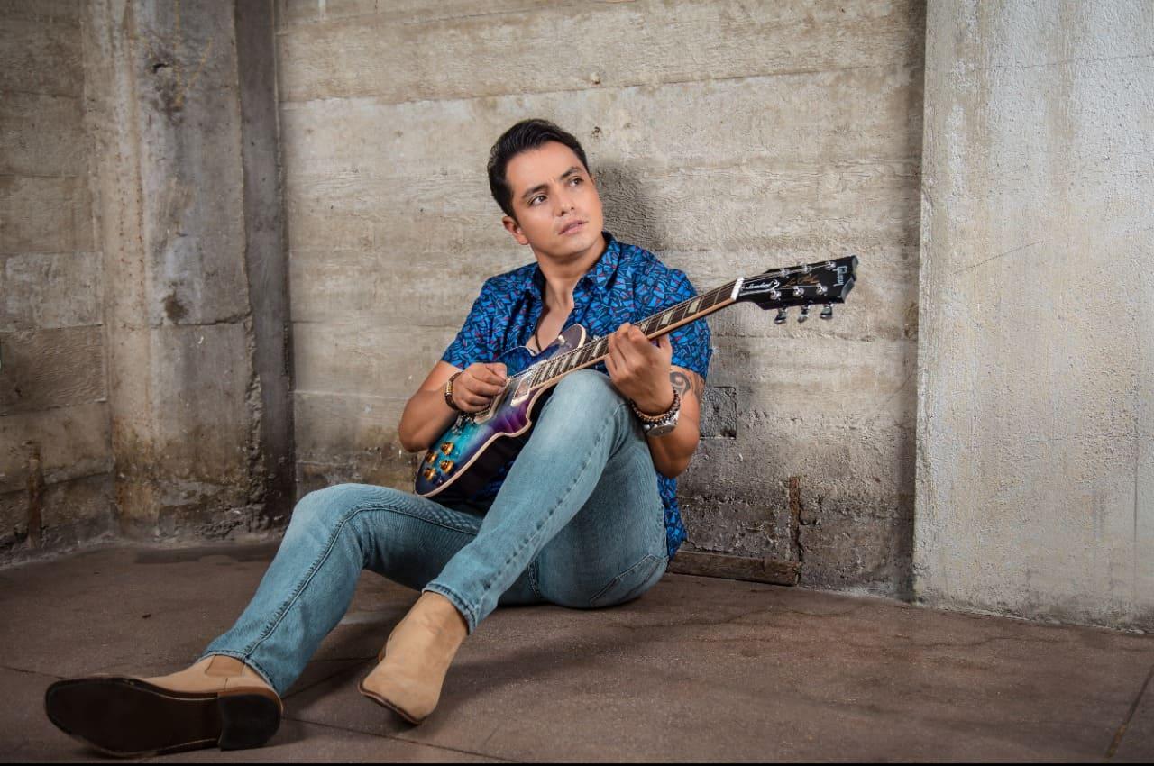 Fehr Rivas lidera el presente del Pop, aprende de los grandes del pasado y marca su estilo Rockmantico