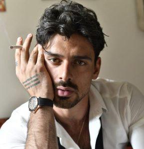 """El actor y cantante Michele Morrone lanza su álbum debut """"Dark Room"""""""