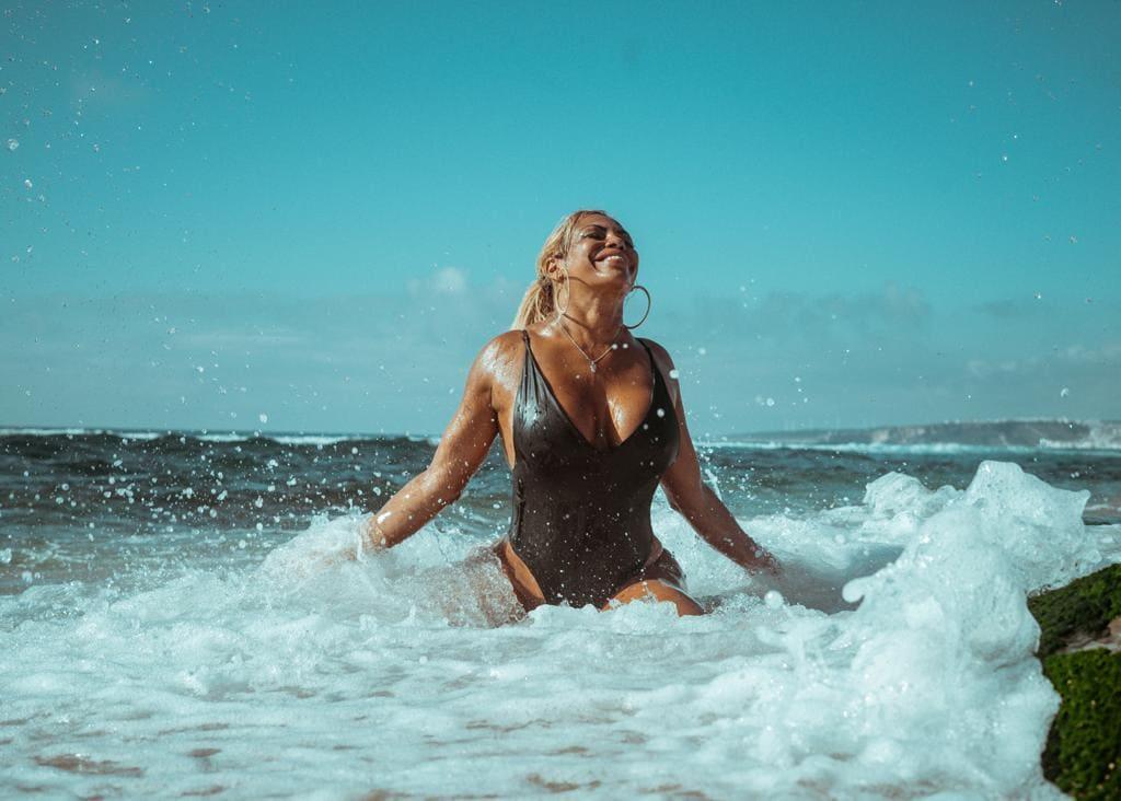 """Kris Rocha sale de lo urbano con su nueva propuesta musical en portugués: """"Praia e Sol"""""""