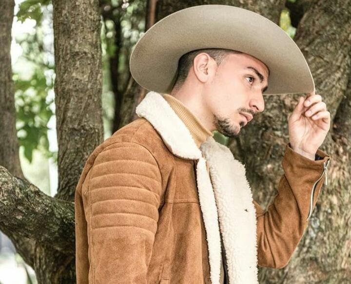 """El colombiano Miguel Huertas presenta """"La Sigo Amando"""" versión acústica"""