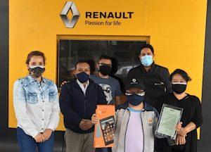 Renault premió a Marcelo Cabascango por alcanzar el primer lugar en su colegio