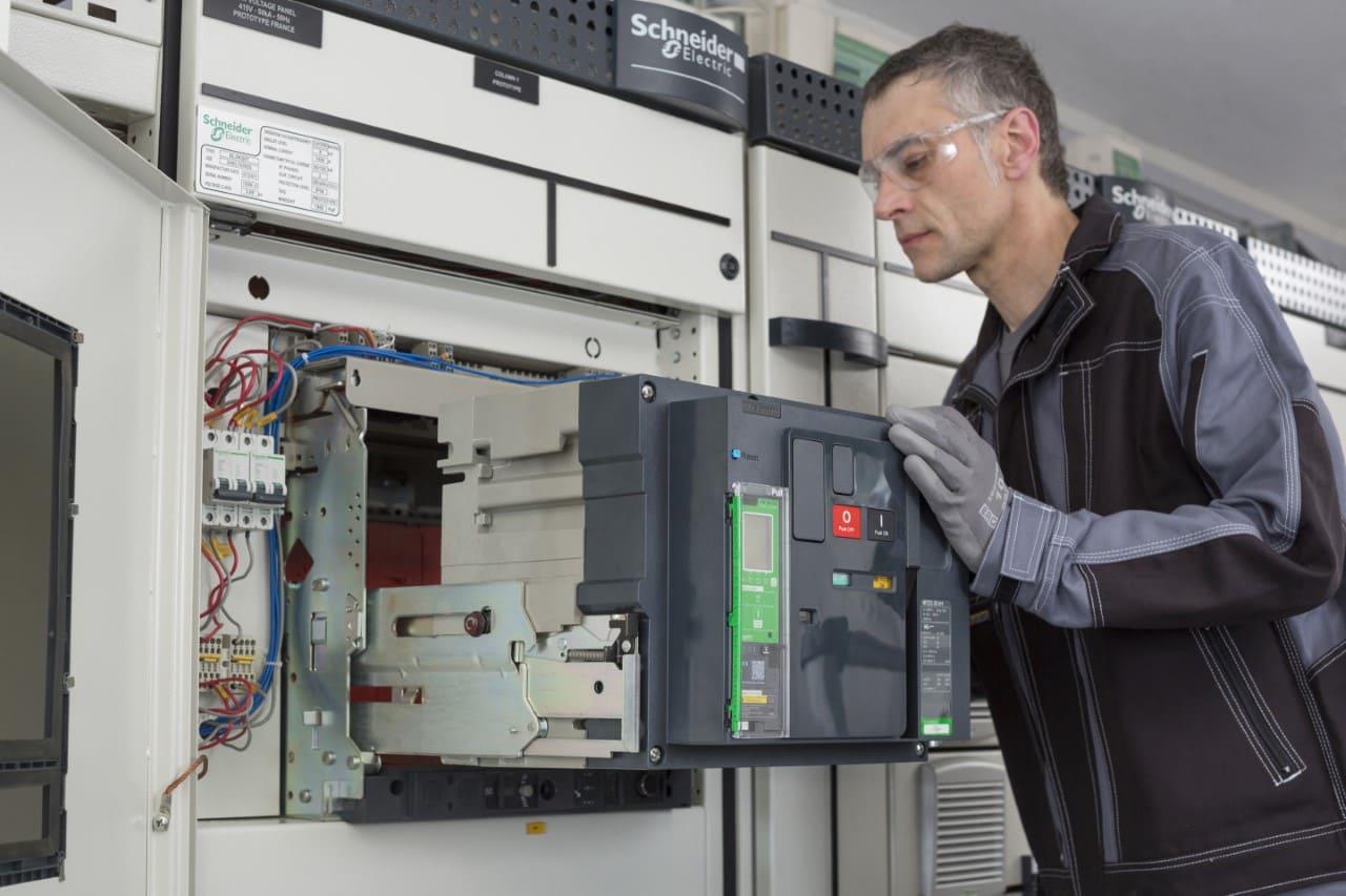 Schneider Electric lanzó nuevo interruptor automático inteligente para la industria ecuatoriana