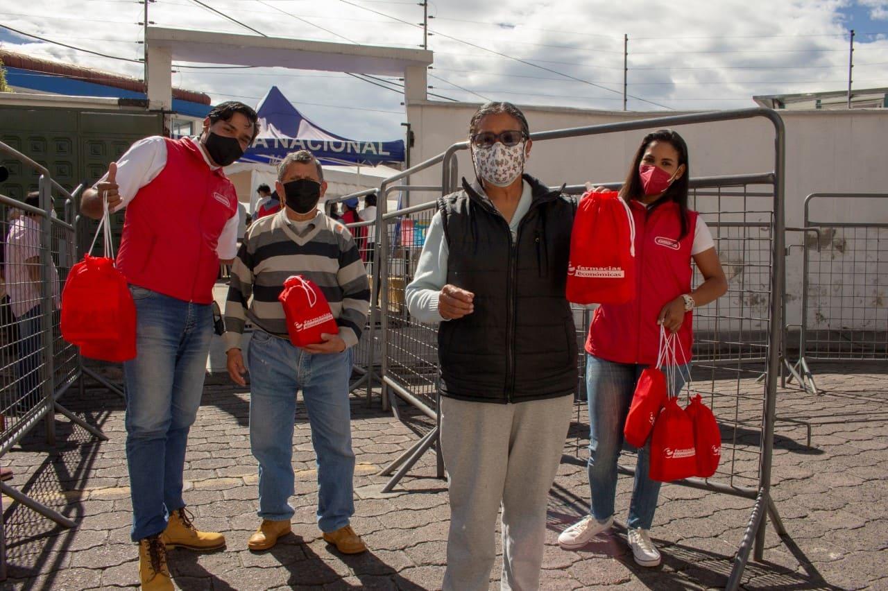 Farmacias Económicas entregó kits de salud a adultos mayores en puntos de vacunación en Quito