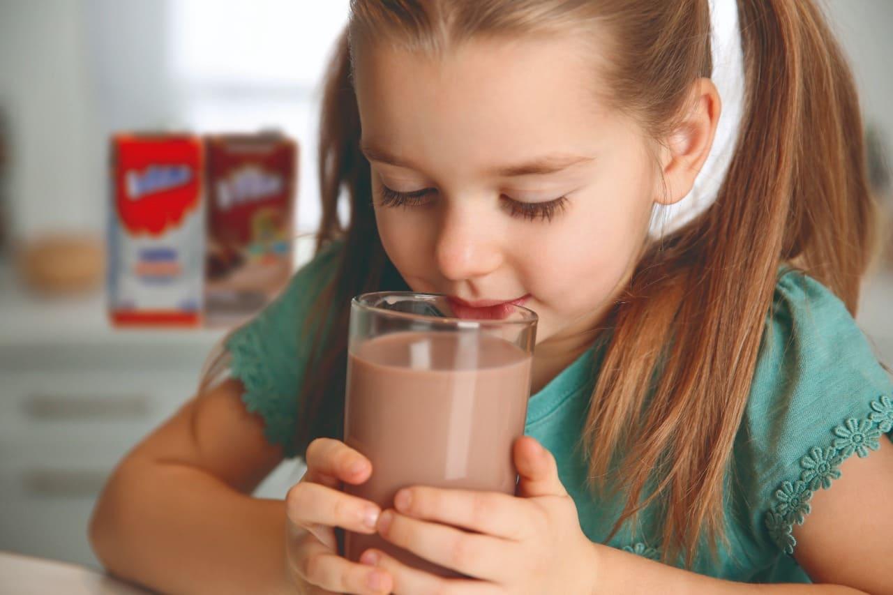 ¿Cuáles son los tipos de leche y cómo integrarla en la dieta de los niños?