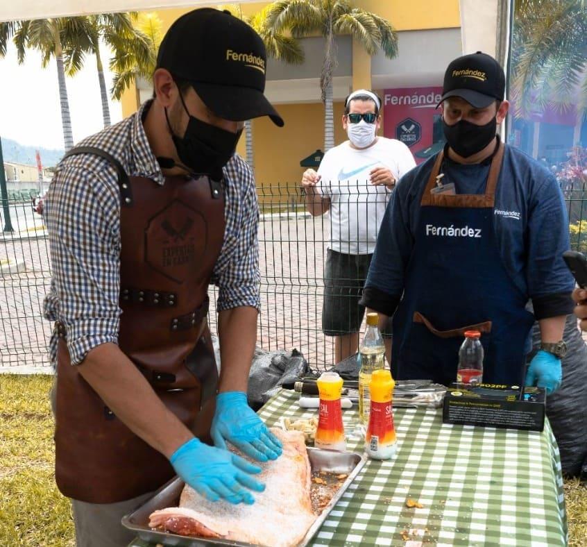 """Fernández celebró el """"American Grill"""", un festival gastronómico lleno de clásicos americanos"""