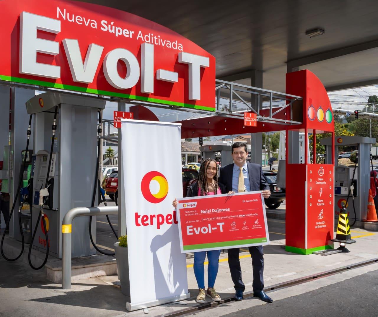 """Terpel Ecuador obsequia un año de consumo de gasolina """"Evol-T"""" a Neisi Dajomes"""