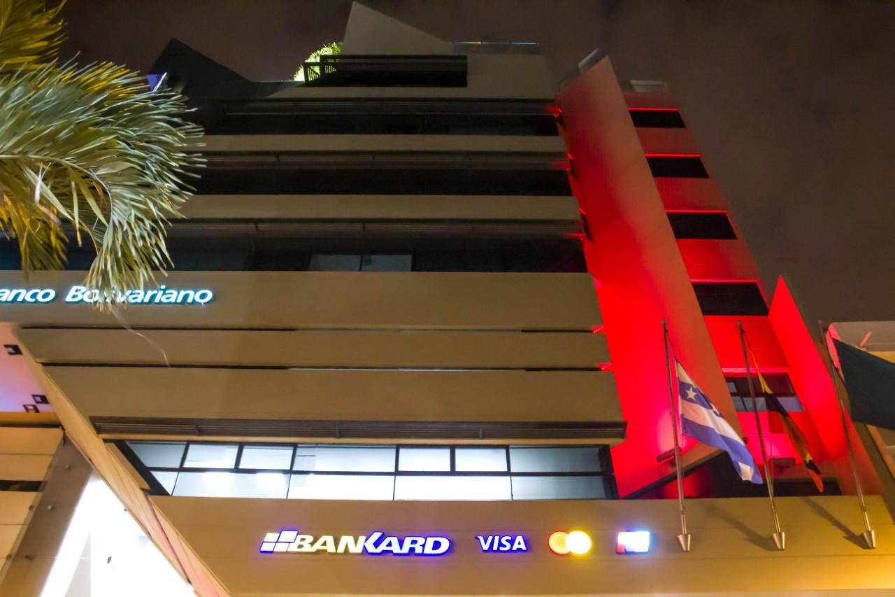 Banco Bolivariano iluminó su edificio de rojo, con el fin de recordar el Día Mundial del Corazón